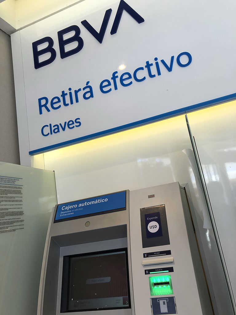 Cajero automático expende dólares BBVA
