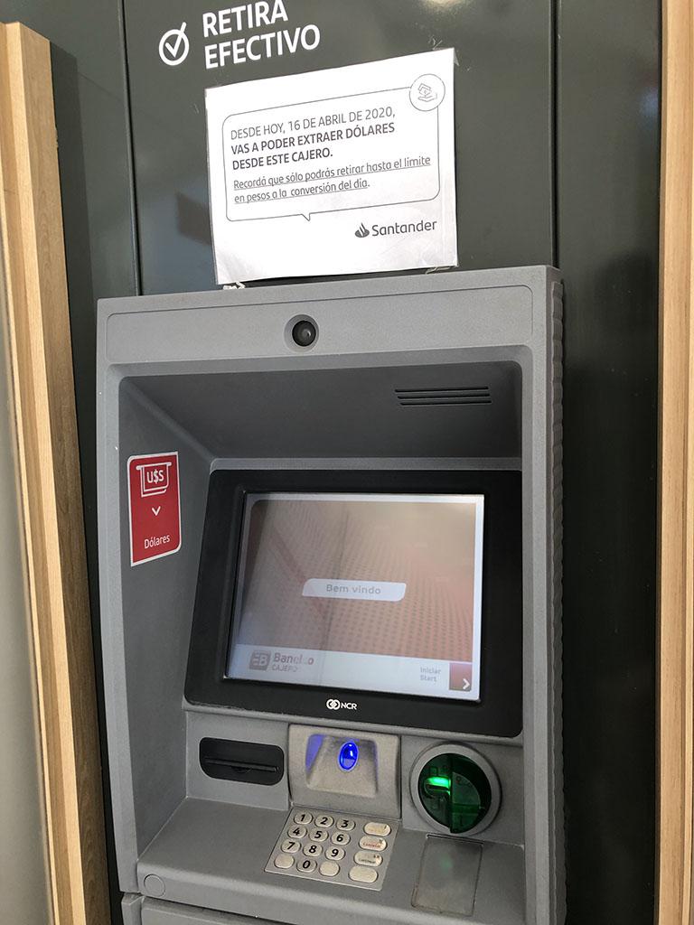 Cajero automático expende dólares Santander