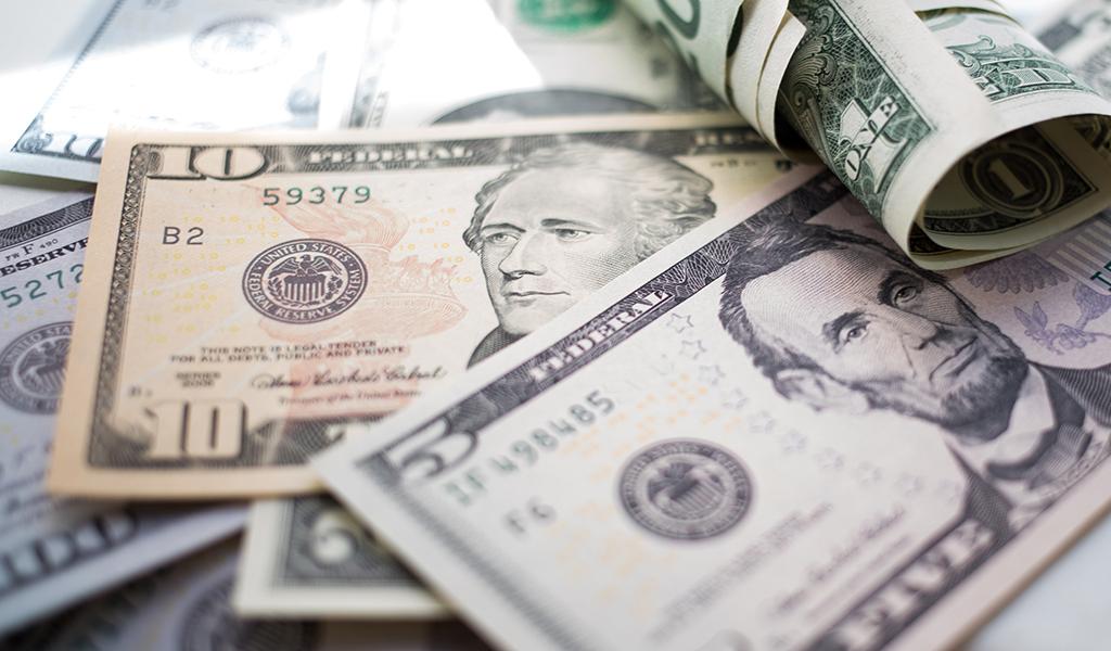 billetes de 5 y 10 dólares