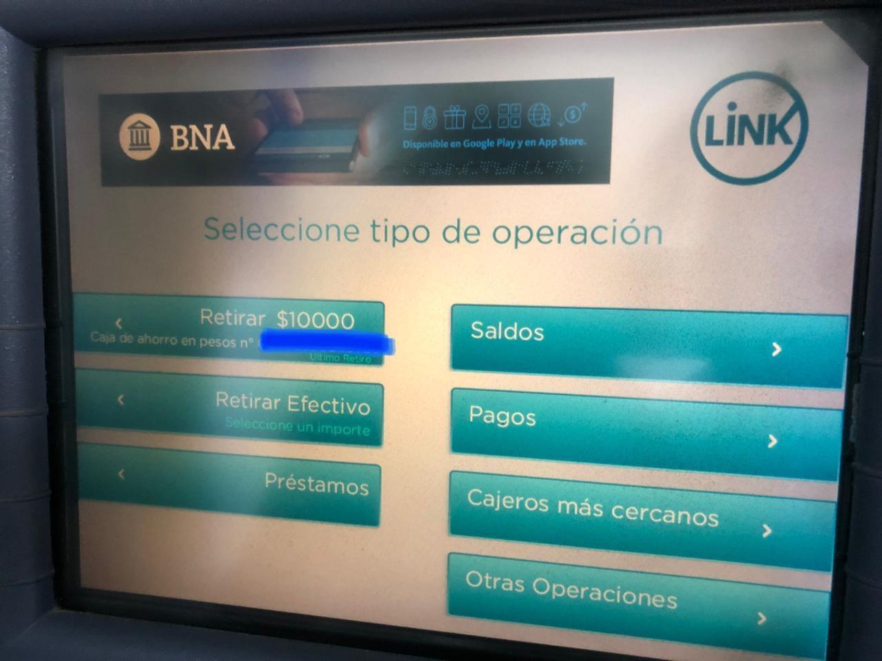 Pantalla de cajero automático de Banco Nación donde sólo dice que se pueden retirar pesos